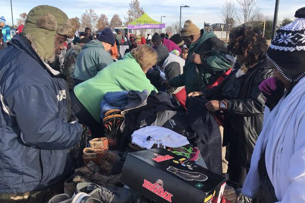 Christmas Helping Homeless.Christmas Caravan Helps Homeless Low Income Families